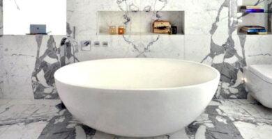 Cuarto de baño de mármol blanco